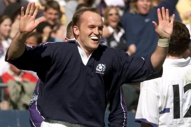 Le demi-arrière volant écossais Gregor Townsend célèbre après avoir marqué un essai lors du match de rugby France-Écosse des Cinq Nations le 10 avril 1999, au Stade de France à Saint-Denis (Photo: Gabriel Bouys / AFP via Getty Images)