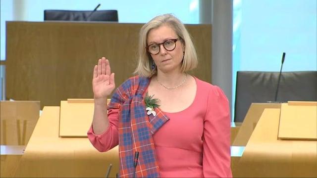 Rachael Hamilton MSP takes her oath ... in Welsh.